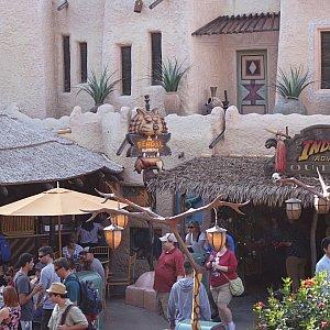 二階から見える眺め。左手にベンガル・バーベキューというレストラン、右手にインディージョーンズのお土産屋さんが見えました。