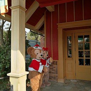 隣ではクリスマスコスチュームのダッフィーとシェリーメイちゃんがグリしてました!