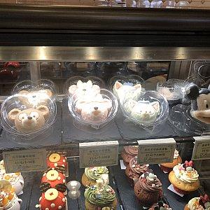 ダフメイジェラのパンナコッタもまだあります 右のミッキーのはアップルココナッツケーキと書いてあります。