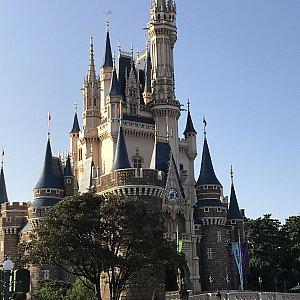 城前を通過します。