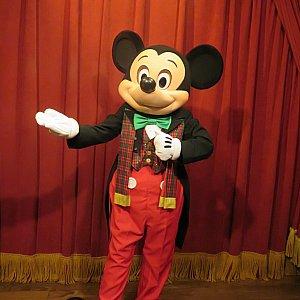 ミッキーもマフラーを着けてました。
