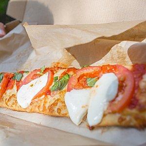 ピザ(ちょうど半分食べた状態なので実際はこの2倍あります)