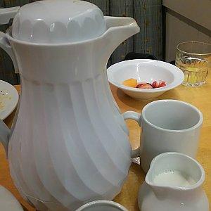コーヒーを頼んだらポットで来ました!大容量!すごい!!並々入ってるのはメープルシロップと思われます