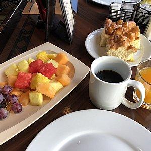 フルーツの盛り合わせ。 到着時の朝だったので目覚ましにコーヒーをチョイスしました。