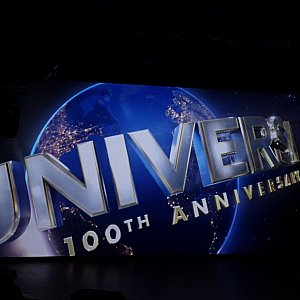 大型スクリーンでは、ユニバーサルの新ロゴのメイキングが観れちゃいます。