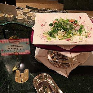 コリアンダーサラダ ストロベリーとイカを添えて、奥が名前がわかんないんですが冷製カッペリーニです。