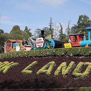 「Casey Jr.Circus Train」という映画「ダンボ」に出てくる汽車が上部を走ってますよ。
