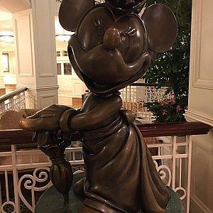 ホテル内にはディズニーキャラクターのオブジェが展示されています。
