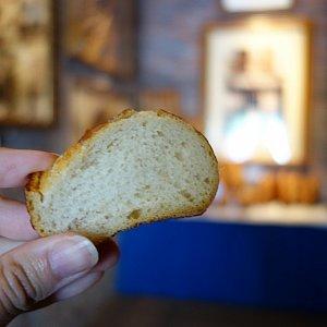 The Bakery Tour 入り口でパンをもらえます。