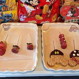 ディズニーをモチーフにした可愛いお菓子を販売していました。