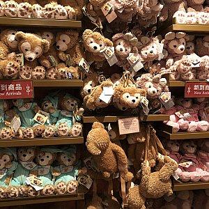 ファンタジーランドの『Mickey & Minnie's Mercantile』にもダフメイのぬいぐるみやカチューシャがありました