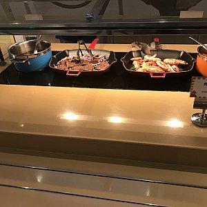 右側のエビはソース無しで頂きました。美味しかったです。 左側のお肉は胡椒が効いていて胡椒辛く感じました。