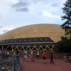 こちらがフェスティバルセンターです。中にはフェスティバルグッズショップや、ギラデリのチョコレートショップ、そして年パスギフトの交換場所があります。