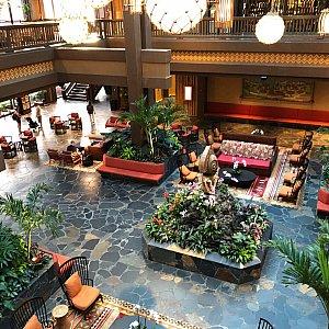 2階からみた感じ。美しいレストランですね。