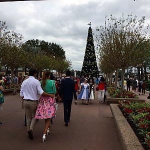 ワールドショーケースに向かう途中も、沢山のDapper達とすれ違います。その先に見える、今年のエプコットのクリスマスツリーは夜とても綺麗でしたよ!