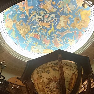 マゼランズ 天井に正座などが描かれていますので、待っている間自分の星座を探すのも楽しいかも?