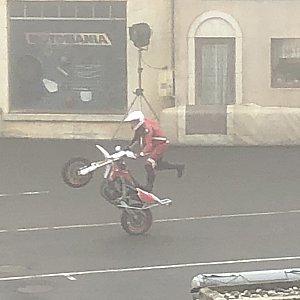 モーターバイクのショーから始まります。