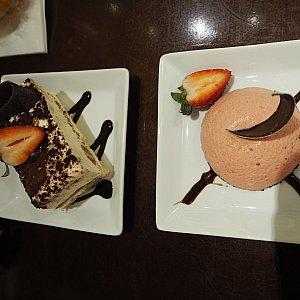 デザートはチーズケーキとティラミスを頼みました! ティラミスのレディフィンガーがよく分かりませんでしたが、どちらもねっとり濃厚で美味しいですが量が多いのでくどいと思います。いちごがさっぱりしていて良かったです。