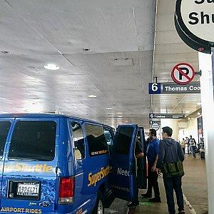 右方向にスーパーシャトルの看板。他の会社の物もありました。