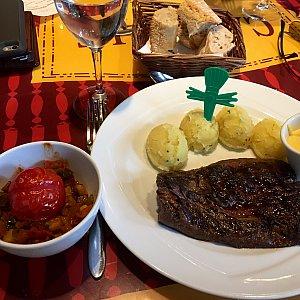 メインディッシュは2種類のチョイスがあって、僕はステーキを選びました。フレンチフライをマッシュポテトに変更してもらうと、めっちゃ可愛いレミーの飾り付けがついて来ました。ステーキの味は至って普通でちょっと硬かったのが気になりました。