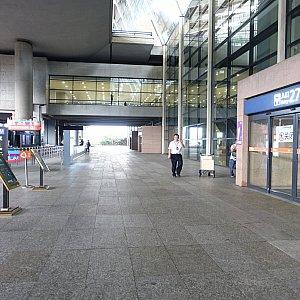 乗り場はターミナル2の27番出口の前にあります。