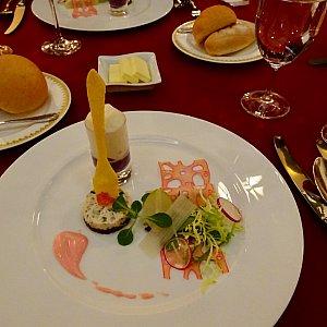 一皿目。チーズモチーフのれんこんがかわいいお皿です。だんだんスプーンを持ってかき混ぜるレミーに見えてきます(*''*)