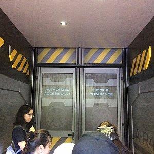 ここからスタートです。ドアには「関係者以外立ち入り禁止、2ndフロアクリアランス」と書かれています。会員様限定在庫一掃セール会場は2階、という意味ではないと思います。