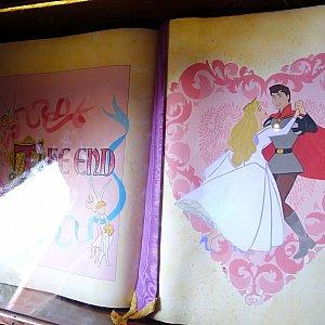 絵本のオーロラ姫の衣装がブルー、ピンク交互に早変わりします。