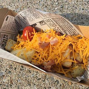ベイクドポテト(ベーコン&チーズ)ポテトの上にチーズとベーコン。そして、なぜか温かいプチトマト!