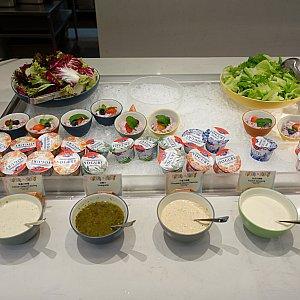 サラダとヨーグルト