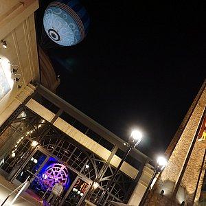 レストランは気球のすぐ近くに位置しています。昔発電所であった場所を再利用してレストランになったと言う設定の為、大きな煙突が特徴的。
