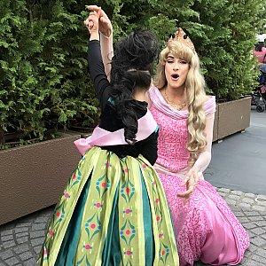 ファンタジーランドでオーロラ姫に会えました。 オーロラ姫の周りに集まった子の中にもプリンセス姿の子が何人もいて、オーロラ姫も「Many princess!」と、驚いていました。