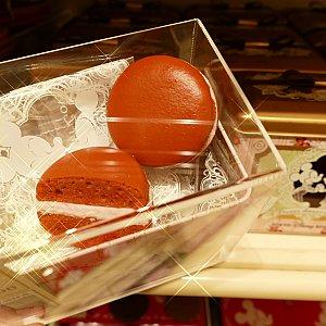 ラズベリークリームがサンドされたマカロン! 1200円!