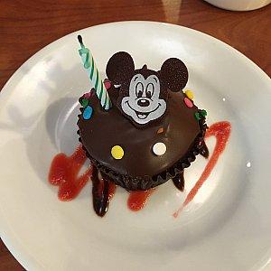 バースデーバッジを付けているとケーキとバースデーソングのプレゼントがあります。
