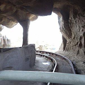 洞窟をビュンビュン疾走します