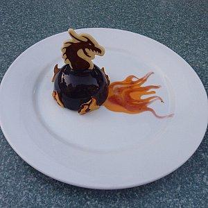 デザートは、マレフィセントドラゴン! ケーキの上にドラゴンのチョコレート、お皿には炎を描かれたムースが乗っています。