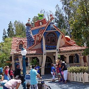 カリフォルニアはまだグーフィーのはずむ家が残ってます。グーフィーのペイント&プレイハウスではありません。