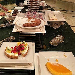 奥から、チョコレートケーキ、ラズベリーとローズのゼリー、ストロベリーショートケーキ、アップルクランブルタルト、フルーツタルト、スフレチーズケーキ