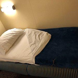 ターンダウンでソファをベッドにしてもらいました。シングルベッドくらいの横幅で寝心地は悪くはないです。