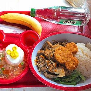 エビあんかけ子どもセット(48元)と7番のお麩煮込みご飯(60元)