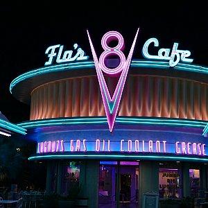 夜のV8カフェも雰囲気たっぷりです!