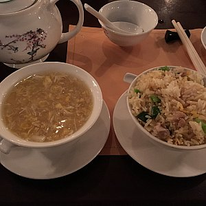 crabmeat & corn thick soupとfried rice with pineapple and shredded chicken。これも前半にきたので、はやくもシメの様相です