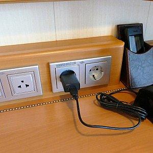 机の上のコンセントと携帯電話