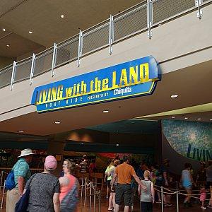 「リビング・ウィズ・ザ・ランド」の入口はランド館1階です。