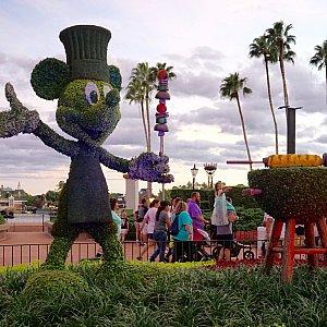 ミッキーシェイプのトピアリー。こちらもイベントの恒例。イベントメインエリア入り口である、ワールドショーケース入り口に位置しています。