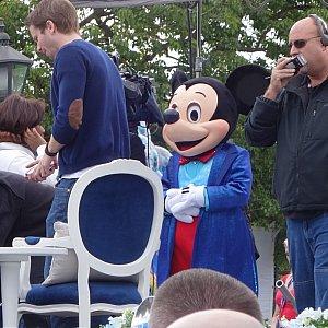 ミッキーは城前の特等席でインタビュー中。