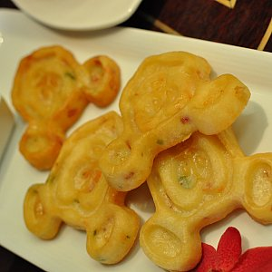 【食】ミッキーのシーフードグルトース・パンケーキ(4ピース)いわゆる海鮮チヂミ美味しいです、別添えのソースをかけると味に変化が生まれてよし✨