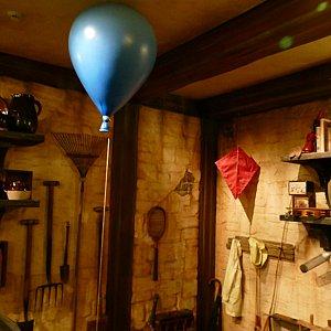 この青い風船はもしかしてプーさんが乗ってた風船?あの赤い凧はルーが一緒に飛ばされた凧??!!この憎い演出が最高です!
