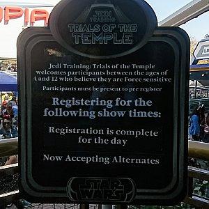 出口には「Jedi Training: Trial of the Temple」の受付カウンターがあります。 ジェダイの騎士になりたいちびっ子諸君、挑戦してみては?
