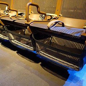 座席の下に大きめの荷物入れがあります。